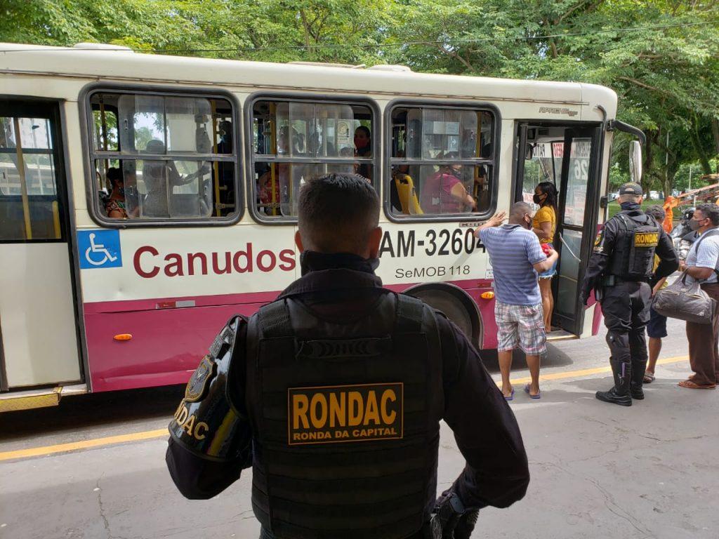 Agentes da GMB ficalizam ônibus e orientam os passageiros a usarem máscaras