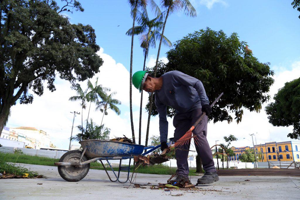 Operários adiantam as obras de revitalização da praça