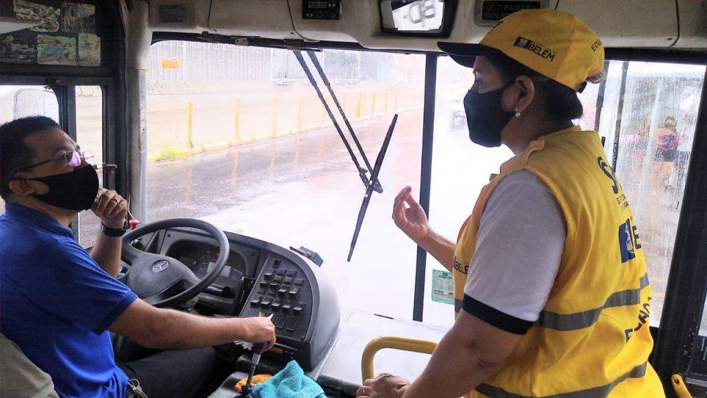 Agentes educadores da Semob fazem orientação sobre as medidas de segurança sanitária nos ônibus.