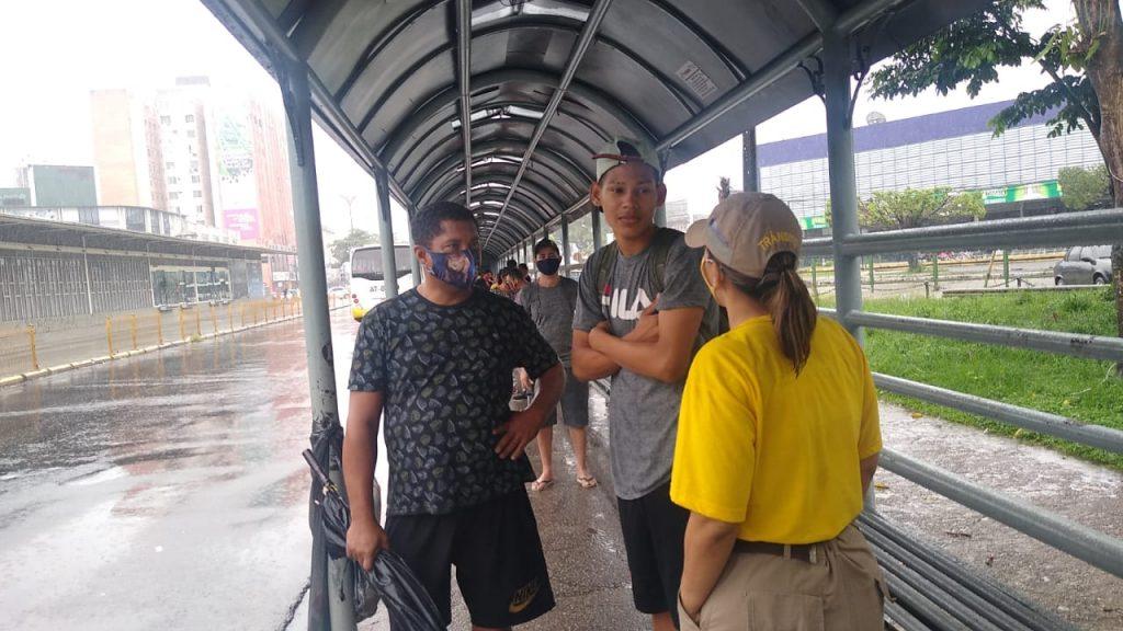 Ação da Semob orienta sobre as medidas de segurança sanitária nas paradas de ônibus de São Brás.