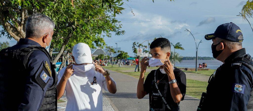Máscaras distribuídas a quem não está cumprindo as medidas sanitárias em espaço público