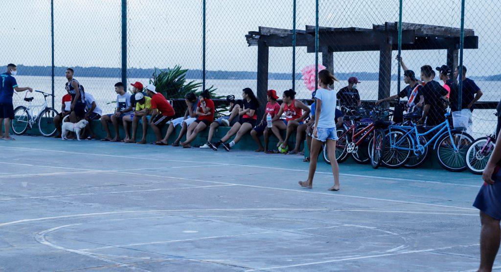 Muitas pessoas frequentam espaços públicos sem usar máscaras em Belém