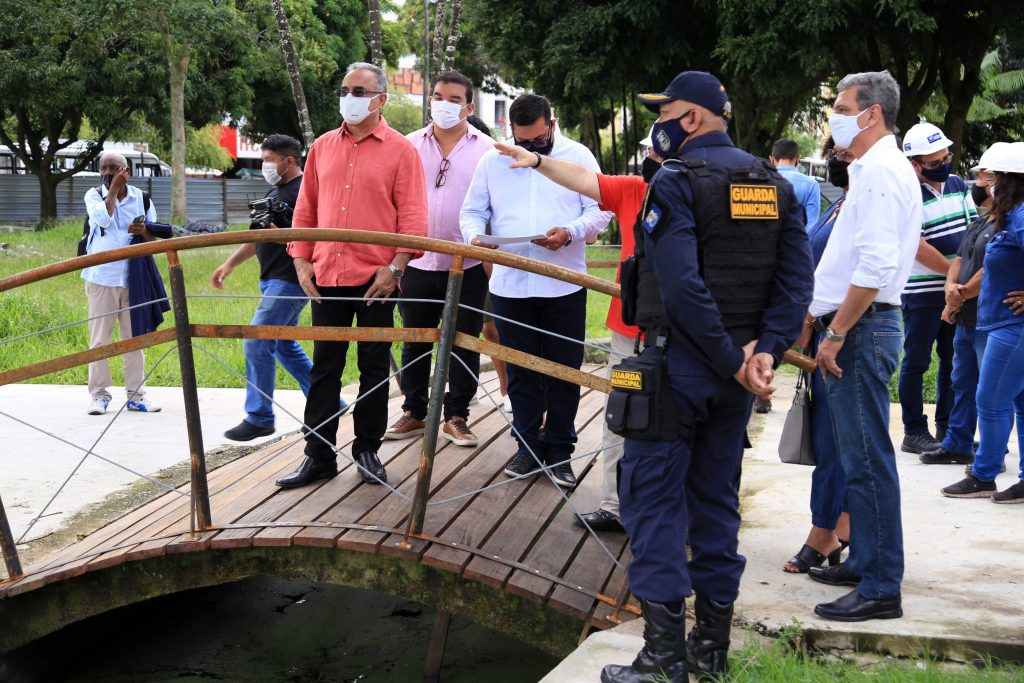 Prefeito e equipe visitam a obra de revitalização da Praça Dom Pedro II