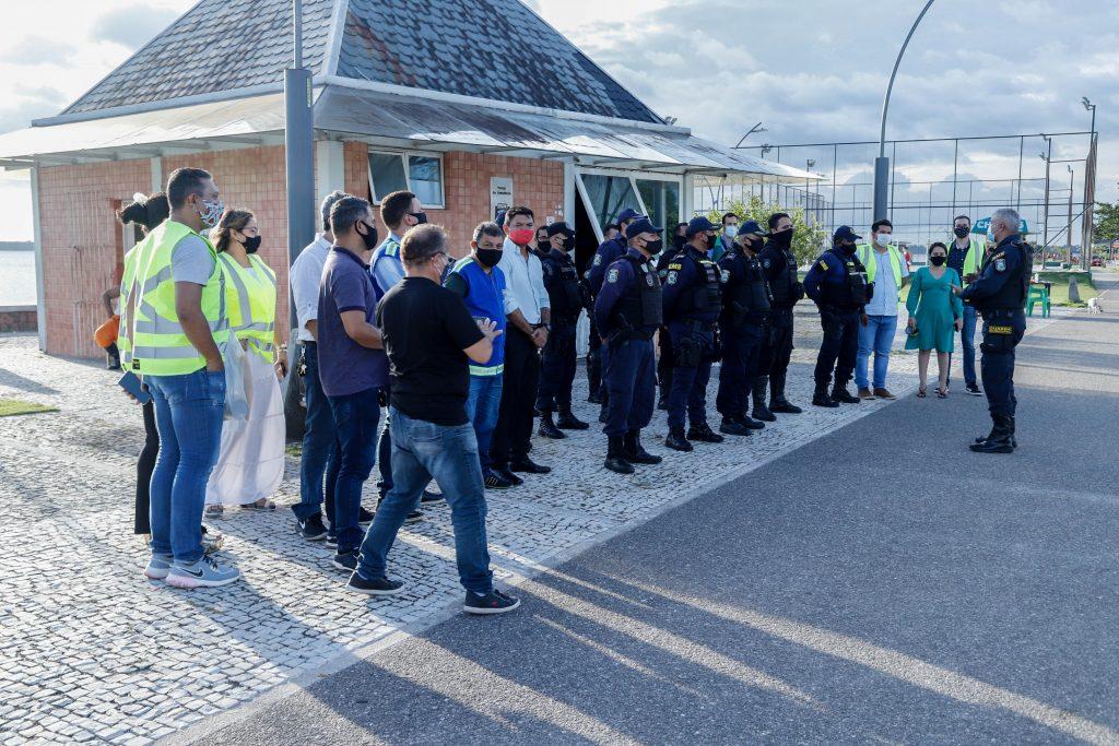 Equipe dos órgãos municipais reunida para acompanhar a fiscalização nos espaços públicos