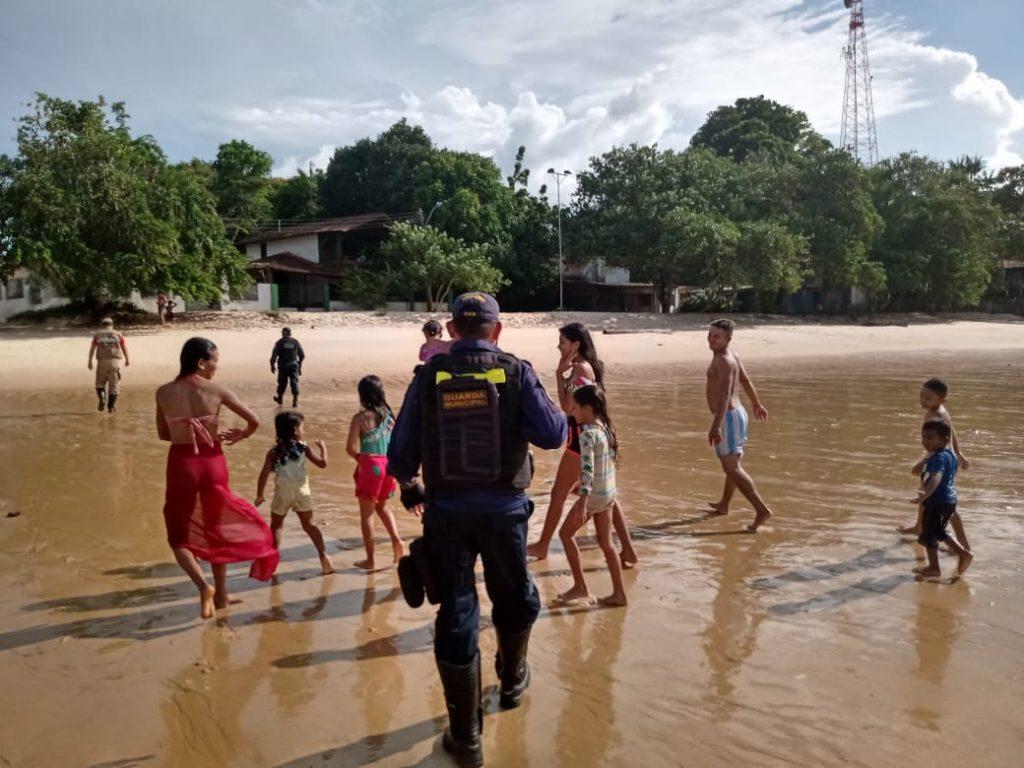 Durante a fiscalização, agentes retiraram várias pessoas da água