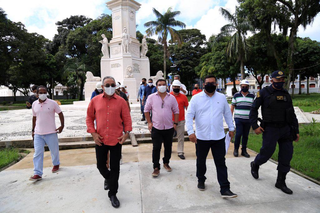 Praça Dom Pedro II passa por obra de reforma e restauração