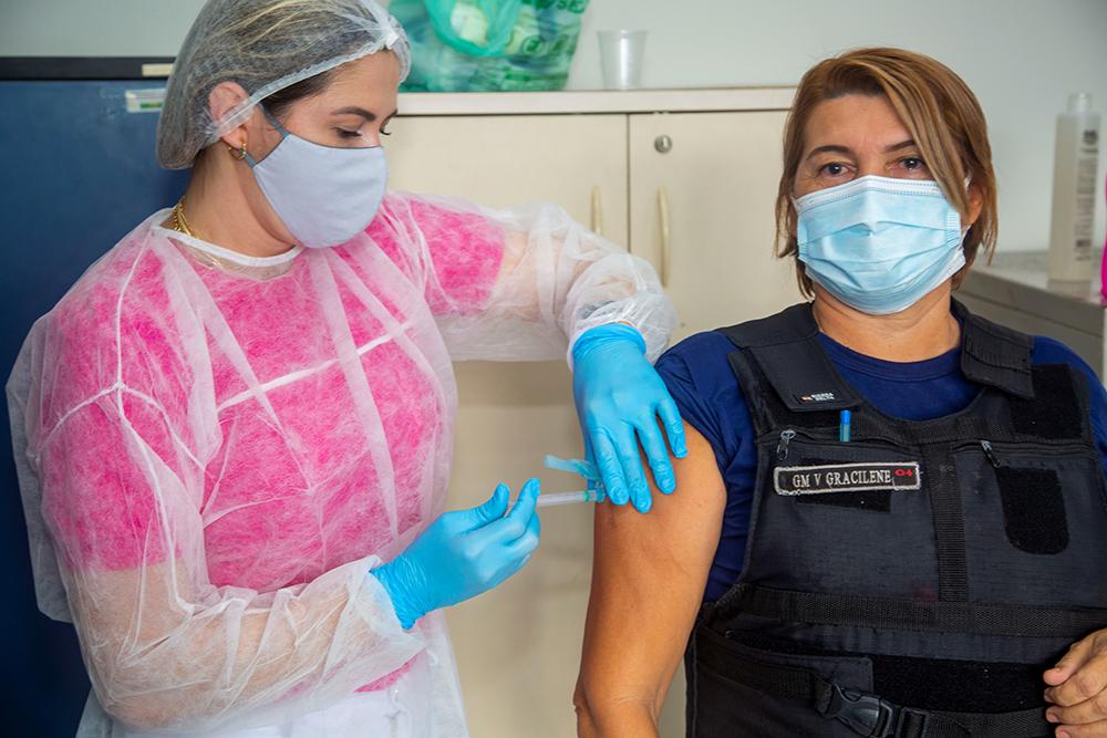 Gracilene da Costa foi uma das agentes da GMB a receber a vacina contra a Covid nesta terça