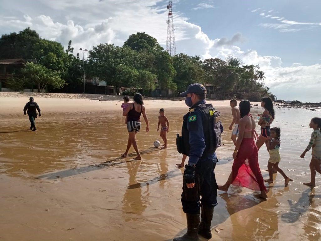Homens da Guarda Municipal pedindo ao público para deixar a praia. Mulheres e crianças foram a maioria