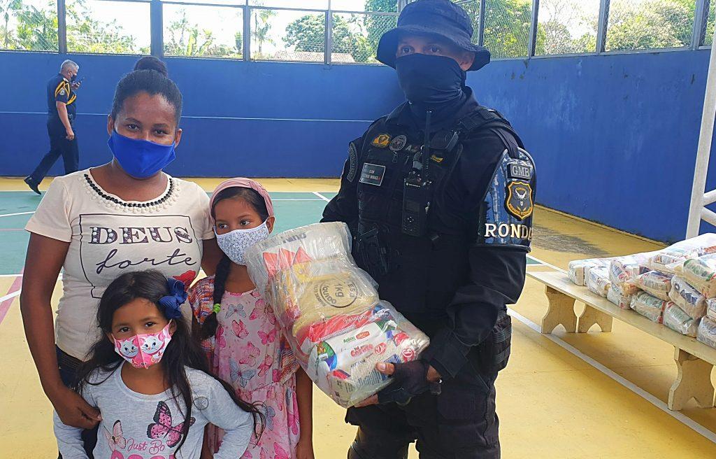 35 cestas básicas foram entregues aos pais dos alunos da Escola Municipal de Ensino Fundamental Anna Barreau Menineia, no bairro Carananduba