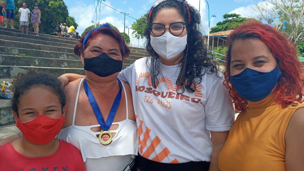 Luzia (à esquerda) com Vanessa Egla (centro) e a professora de yoga, Luciana Oliveira