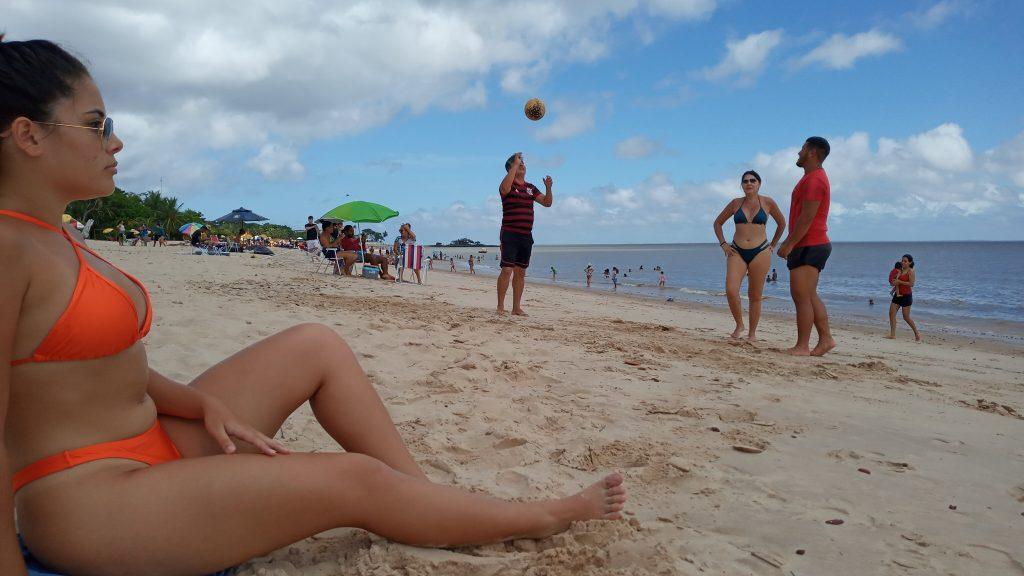 A estudante Adricia Neves aproveita o verão na praia do Farol, em Mosqueiro
