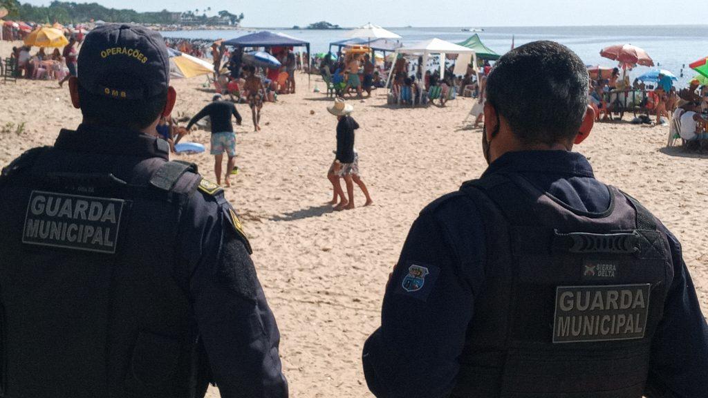 Homens da Guarda Municipal em ronda na praia do Chapéu Virado