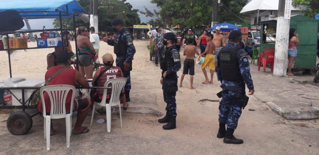 Agentes orientam visitantes das praias sobre uso de máscara e outras medidas sanitárias