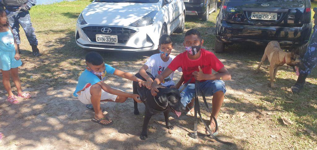 Enquanto os pais recebiam a cesta básica, as crianças se divertiam com o show dog, realizado pelo Grupamento de Ações Táticas com Cães